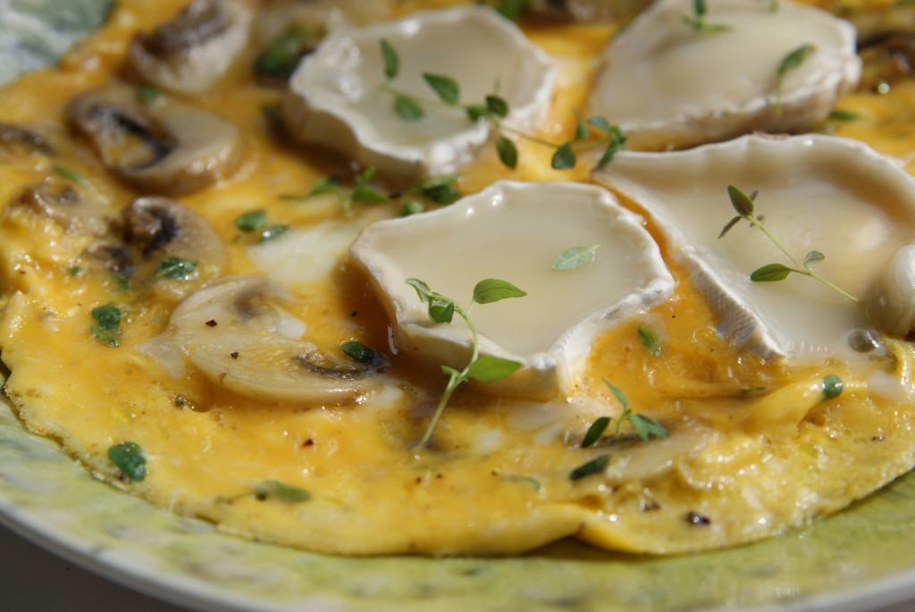 omlet z pieczarkami, tymiankiem i kozim serem