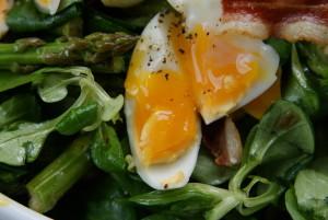 sałatka z grillowanych szparagów z roszponką, boczkiem i jajkami