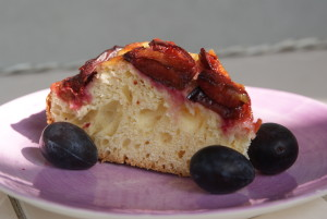 ciasto drożdżowe ze śliwkami i skórką cytrynową