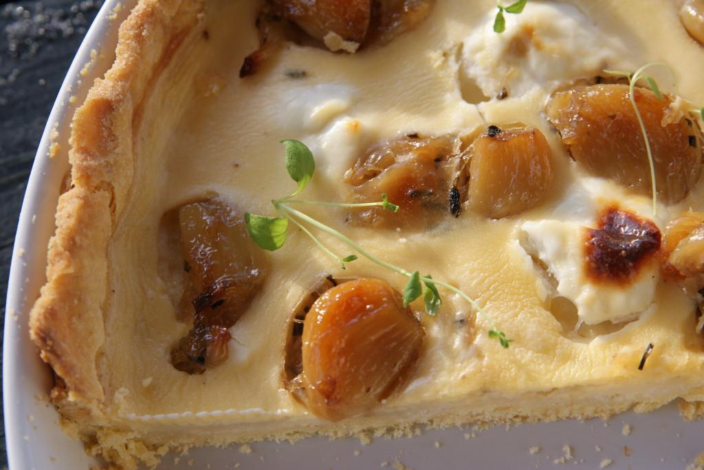 tarta z karmelizowanym czosnkiem i kozim serem