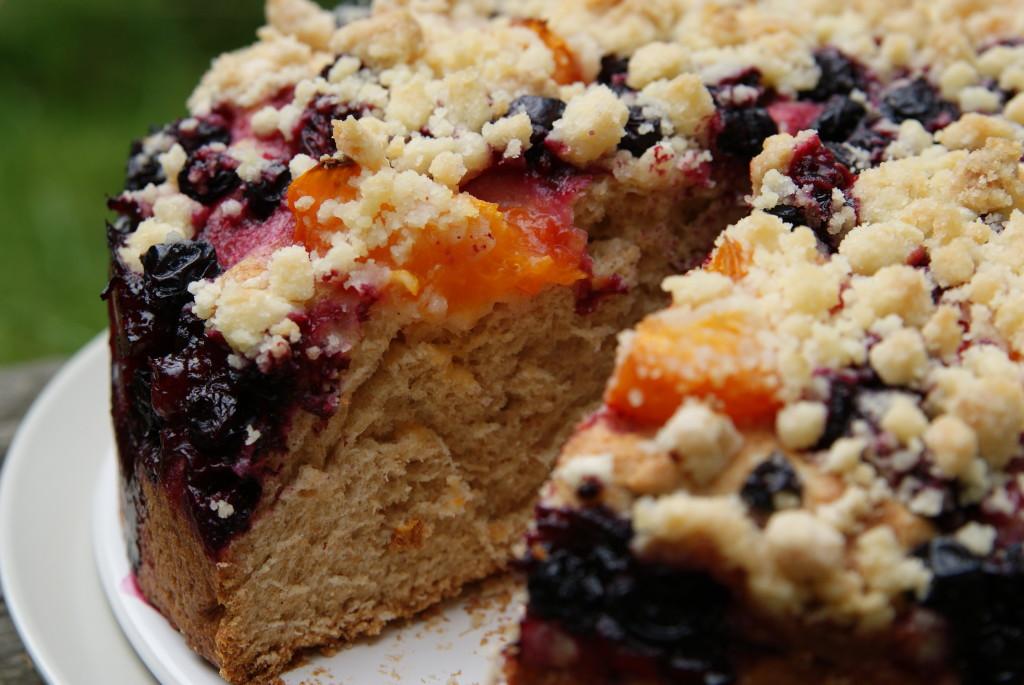 Pełnoziarniste ciasto drożdżowe z morelami i porzeczkami