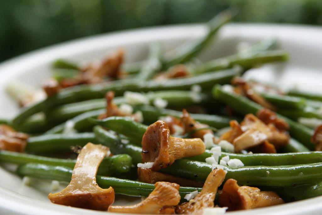 sałatka z kurek, fasolki szparagowej i czosnku