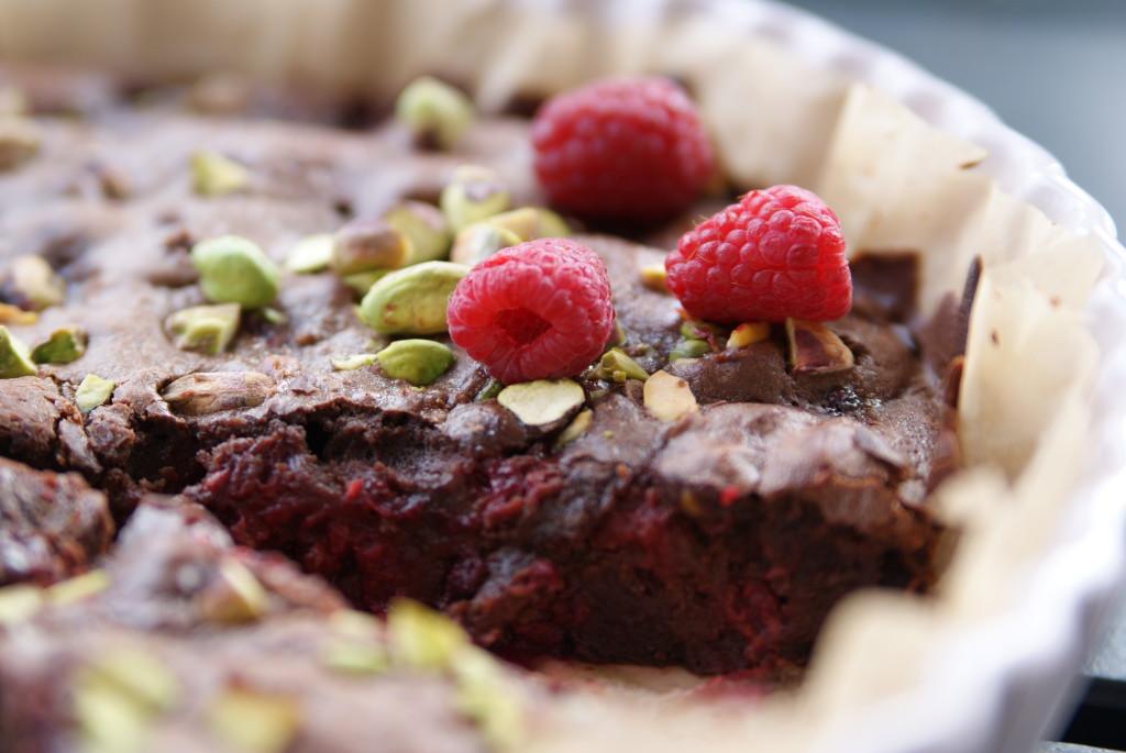ciasto czekoladowe z malinami i pistacjami