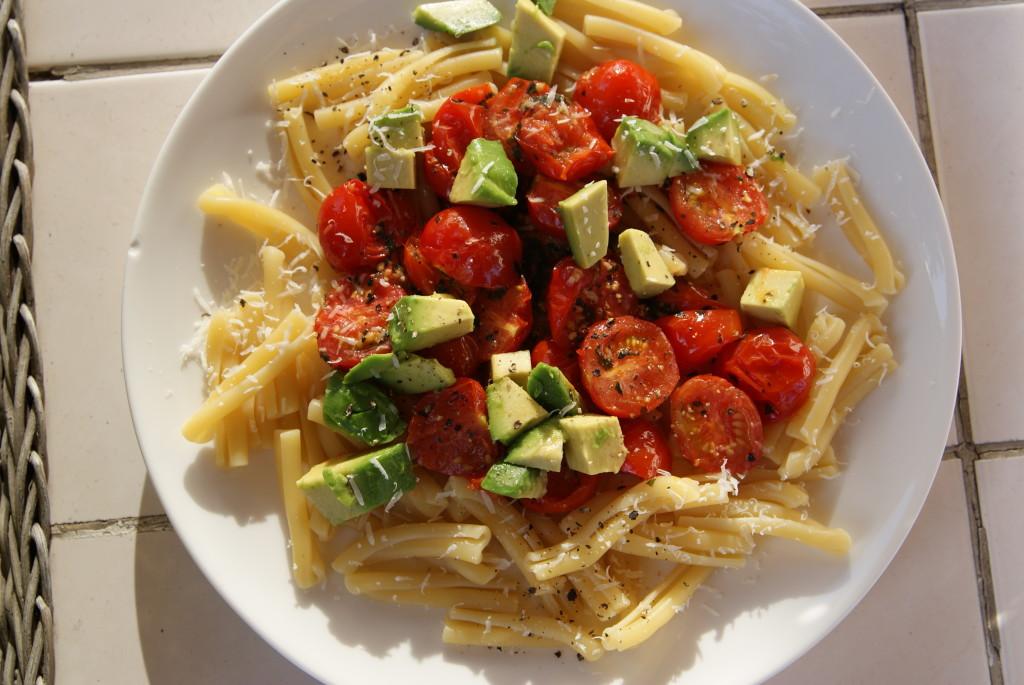 makaron z pomidorami, chili i avocado