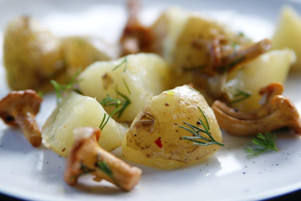 sałatka z kurek, ziemniaków, kopru i chili