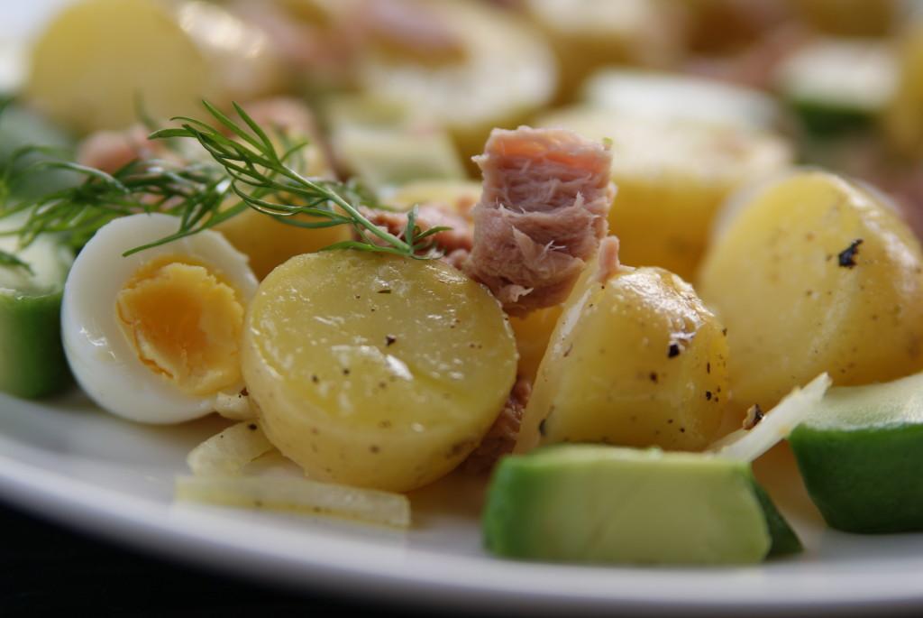 sałatka z tuńczyka, ziemniaków i awokado